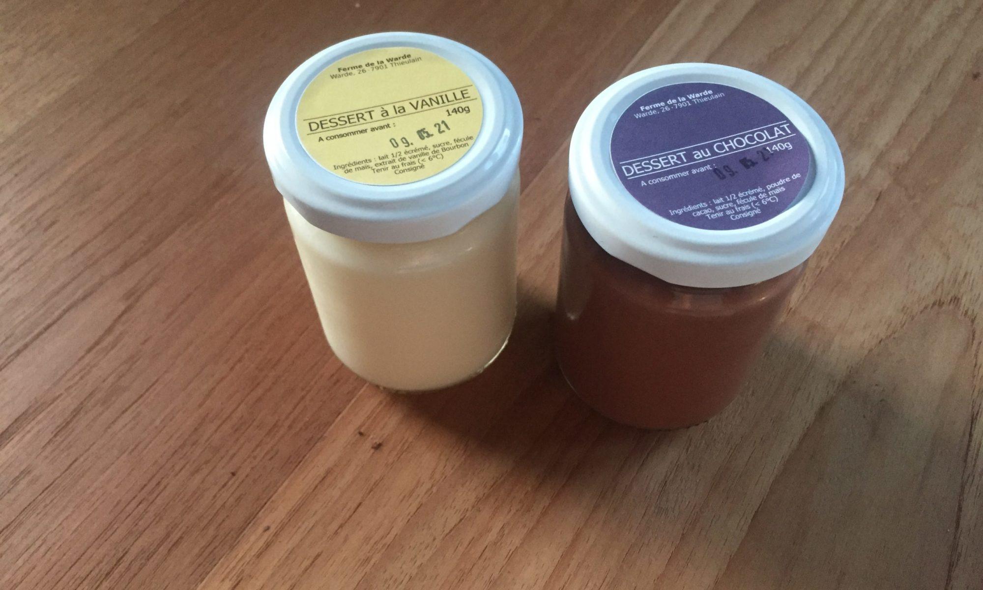 Deux pots de crèmes dessert, l'un à la vanille, l'autre au chocolat